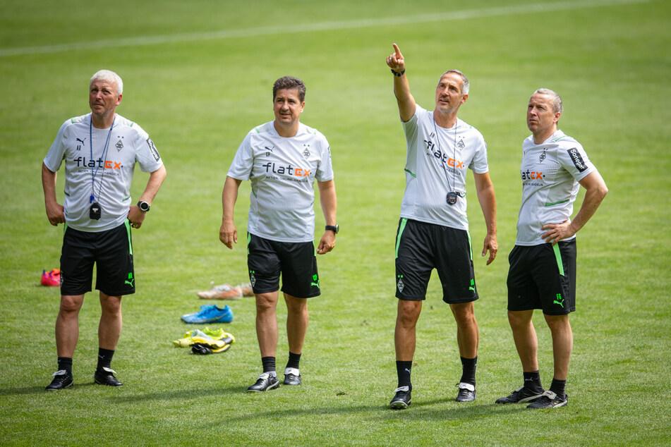 Chefcoach Adi Hütter (51, 2.v.r.) zeigt es an: Der Österreicher möchte Gladbach in der Tabelle wieder nach oben führen.
