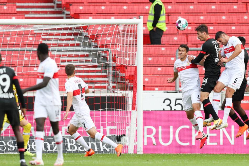 Leverkusens Patrik Schick (4.v.r) macht das Tor zum 0:1 gegen Stuttgarts Marc Oliver Kempf (4.v.l) und Stuttgarts Konstantinos Mavropanos (3.v.r).