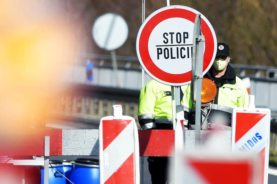 Polizeibeamte kontrollierten bislang am tschechisch-deutschen Grenzübergang. Jetzt überquert sie vorerst niemand mehr.