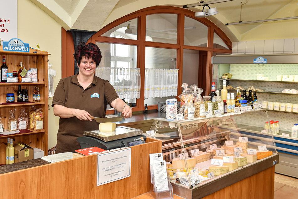 Lecker Käse aus der Lausitz: Hofladen-Verkäuferin Michaela Hantschke (47, Verk.) zeigt Karotten- Einjahres- und Kräuterkäse. Die Sorten gibt es bald wieder auf Wochenmärkten.
