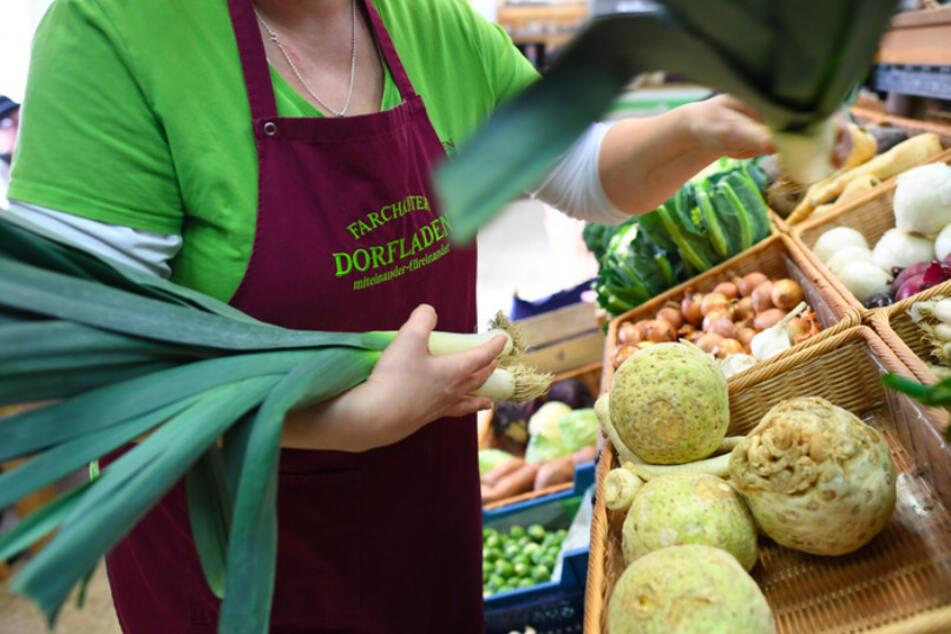 Eine Mitarbeiterin im Dorfladen in Farchant füllt die Gemüsetheke auf. Ein Drittel der Gemeinden in Bayern hat nach SPD-Angaben kein Lebensmittelgeschäft mehr.