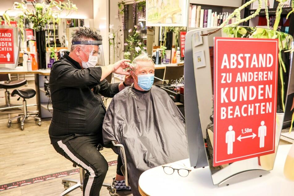 Friseure dürfen weiter arbeiten.