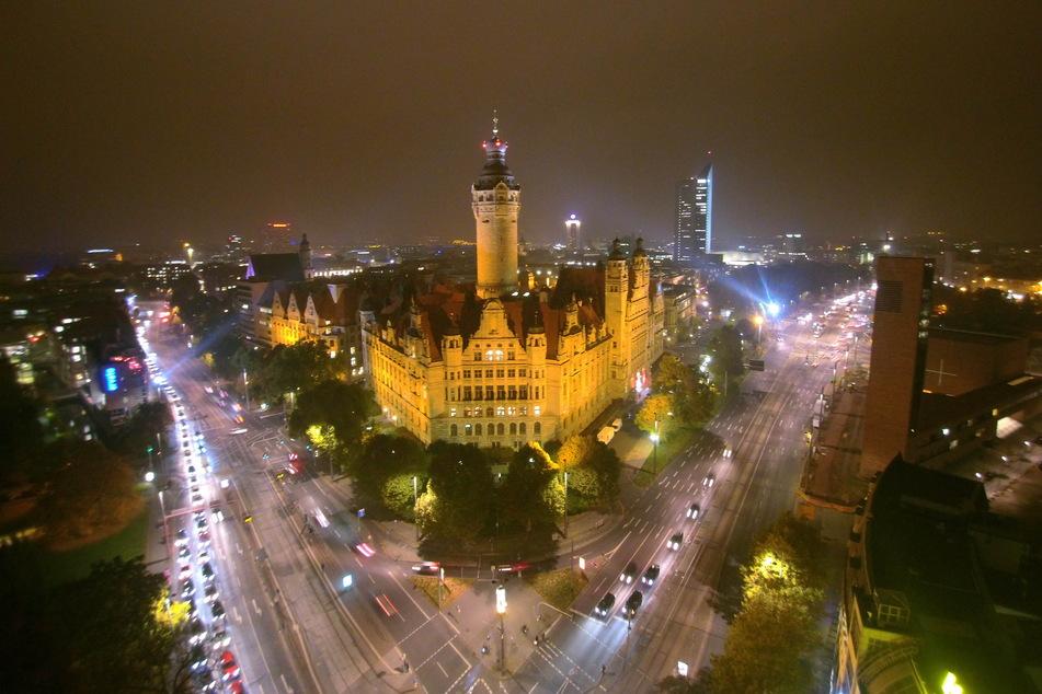 Der Leipziger City-Ring mit dem neuen Rathaus im Hintergrund - am Sonntag darf hier kein Auto mehr fahren.