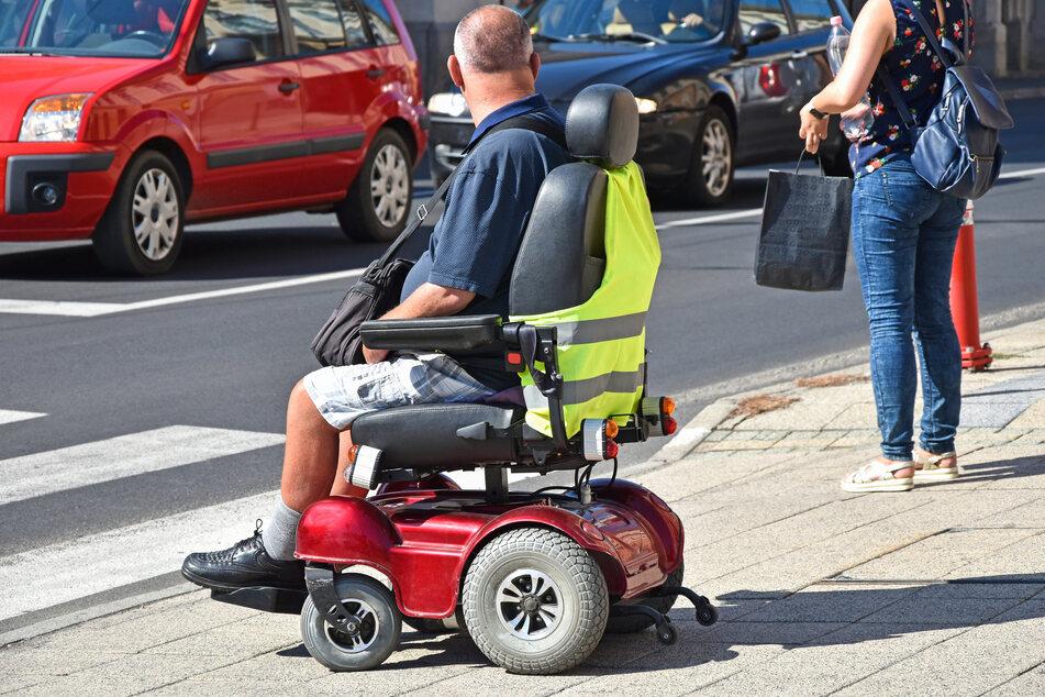 Polizei stoppt Bier trinkenden Rollstuhlfahrer: Was dann passiert, macht Beamte baff