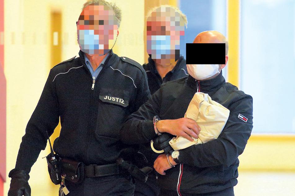Drogenversteck in der Unterhose! Schamhafter Dachdecker vor Gericht
