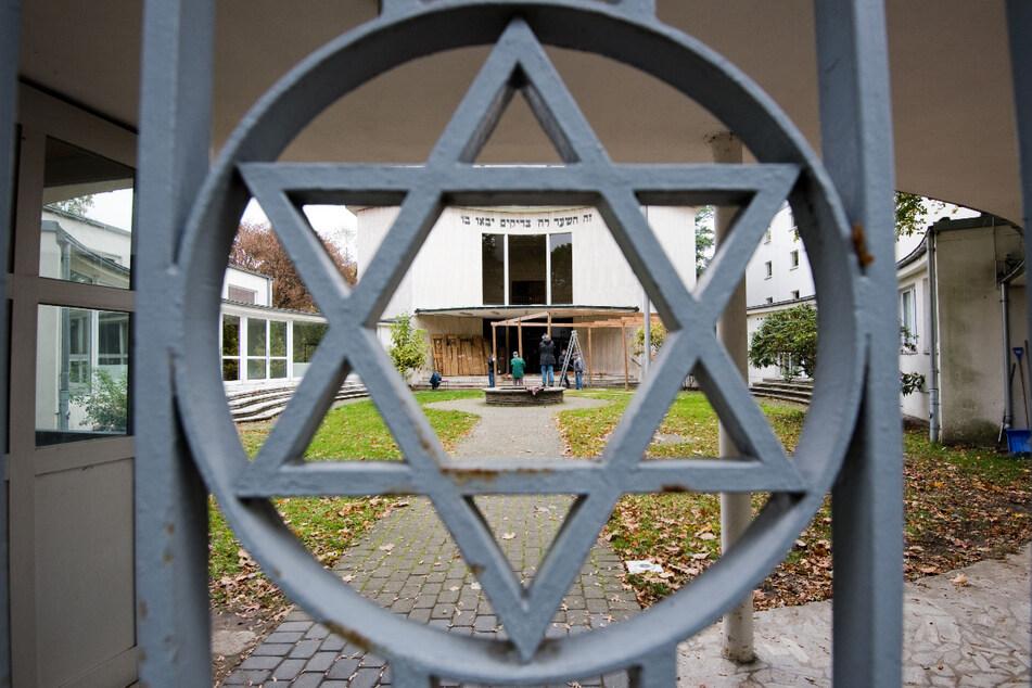 Die Polizei hat jüdische Einrichtungen wie hier die Synagoge in Hannover verstärkt im Blick. (Archivbild)
