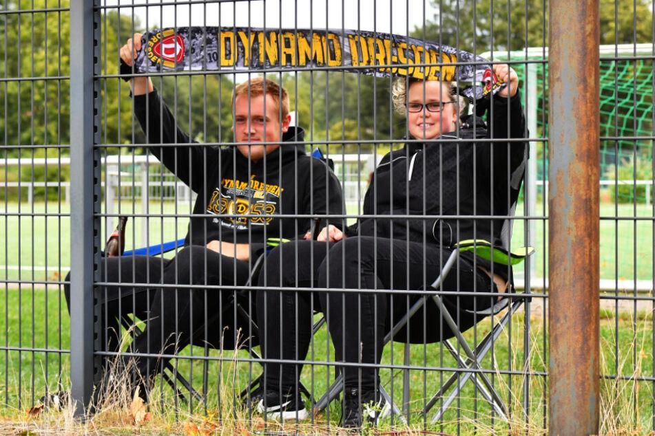Der Spielort Delbrück war bis zum Anpfiff geheim. Franziska und Max erfuhren es trotzdem, setzten sich ins Auto und sahen die Dynamo-Partie gegen Norwich hinterm Zaun.