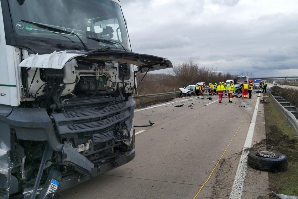 Neun Menschen sollen bei dem Unfall teilweise schwer verletzt worden sein.
