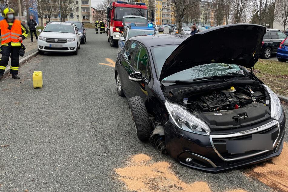 Rad rausgerissen: Peugeot kracht in geparkten Dacia