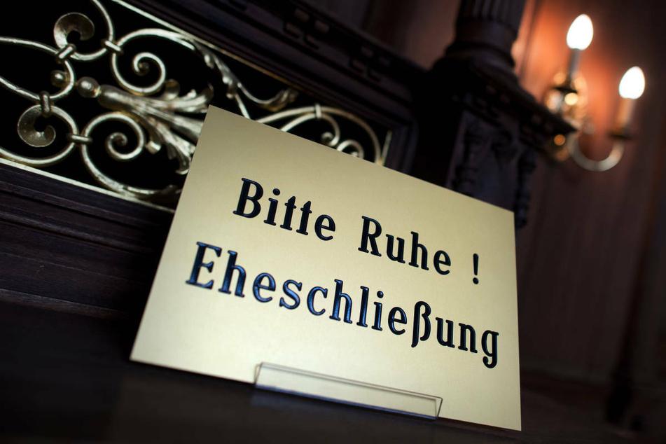 """Ein Schild mit der Aufschrift """"Bitte Ruhe! Eheschließung"""" steht in einem Standesamt. Trotz der Corona-Krise sind die Berliner Standesämter gut gebucht."""