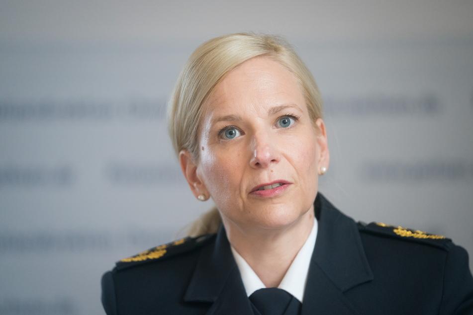 Polizeipräsidentin Sonja Penzel (48) bereitet sich trotz Demo-Verbots auf einen Einsatz vor.