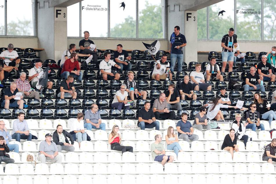 Beim FCE-Pokalspiel in Ulm war viel Leerraum zwischen den Zuschauern. Am Freitag beim Auer Heimspiel gegen Fürth wird's ähnlich sein.