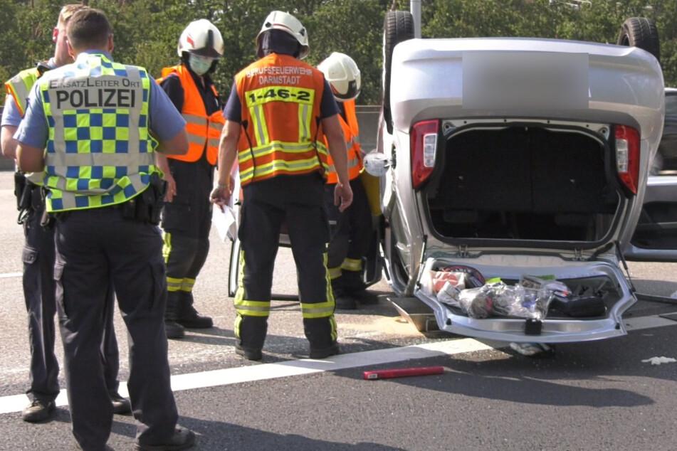 Skoda kracht in Peugeot und überschlägt sich: Fahrer (91) schwer verletzt