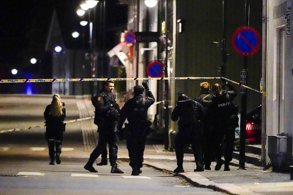 Polizisten am Mittwochabend im Stadtgebiet von Kongsberg.