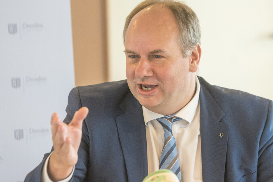 OB Dirk Hilbert (49, FDP) sieht die Bergungsunternehmen in der Pflicht, wenn es um brennende E-Autos geht.
