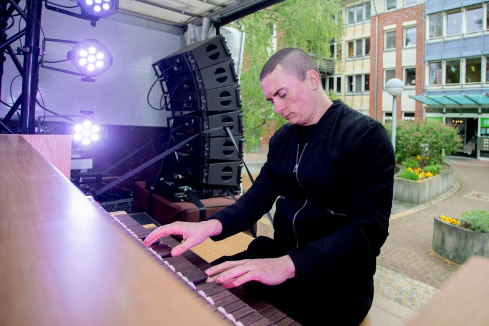 Organist spielt Konzerte vor Pflegeheimen von Lkw-Ladefläche aus