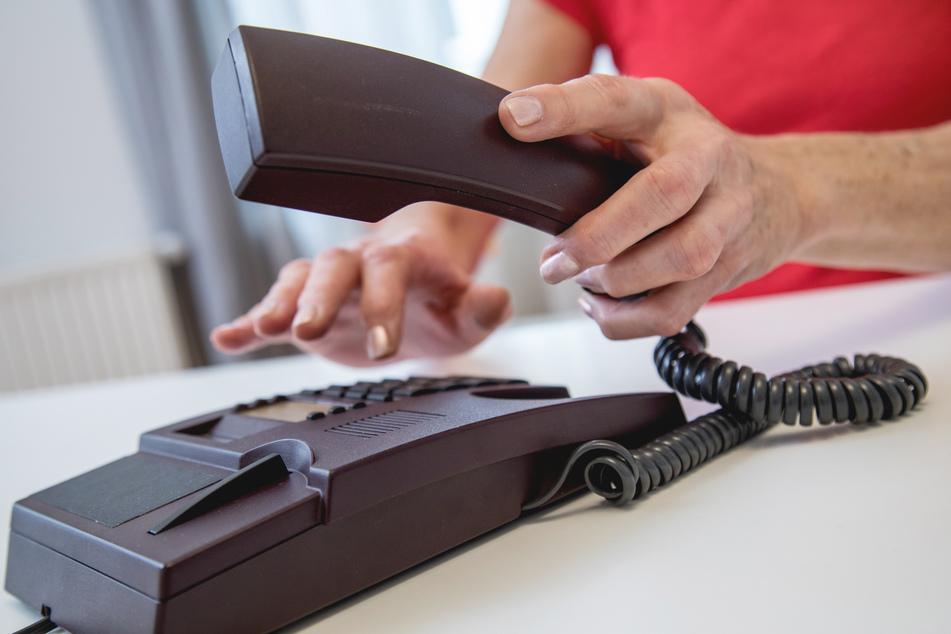 Ein Anruf bei Angehörigen kann für Klarheit sorgen. (Symbolbild)