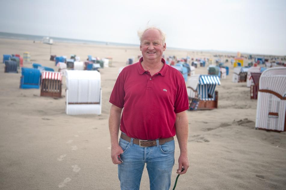 Strandkorbvermieter Franz Kattwinkel steht am Strand von Juist.