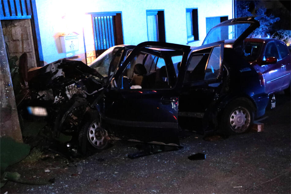 Auto kracht in parkenden Wagen und in Mauer: Fahrer flüchtet