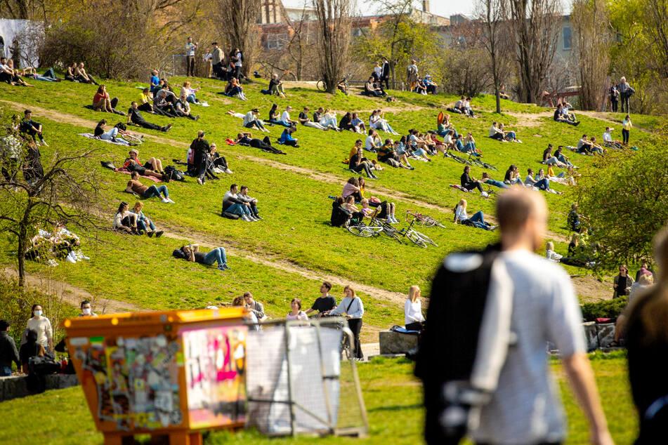 Trotz Corona-Einschränkungen: Schönes Wetter lockt erneut viele Berliner in die Parks!