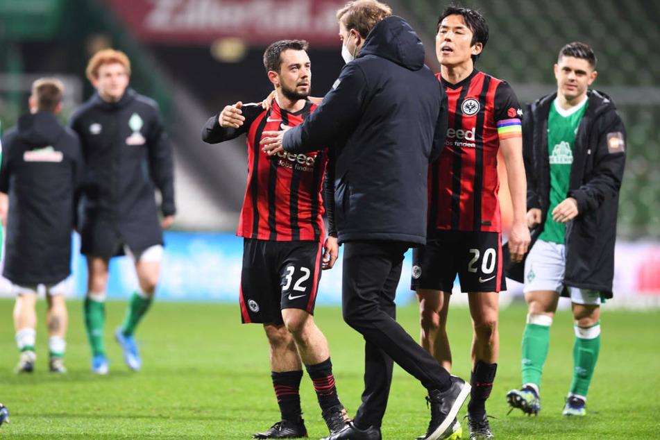 Werder Bremens Trainer Florian Kohfeldt (3.v.r.) versucht nach dem Spiel, die Spieler von Eintracht Frankfurt zu beruhigen.