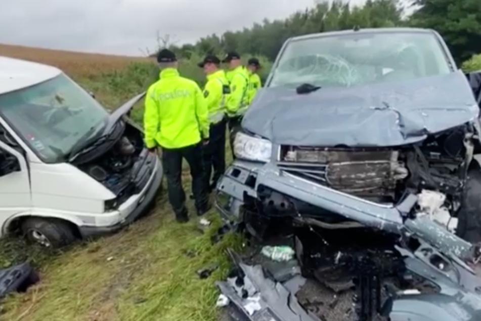 Kleinbus und Auto stoßen frontal zusammen: Vier Kinder und ein Erwachsener sterben!