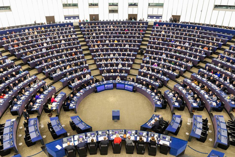 Mitglieder des Europäischen Parlaments sitzen während einer Abstimmung im Plenarsaal des Europäischen Parlaments.