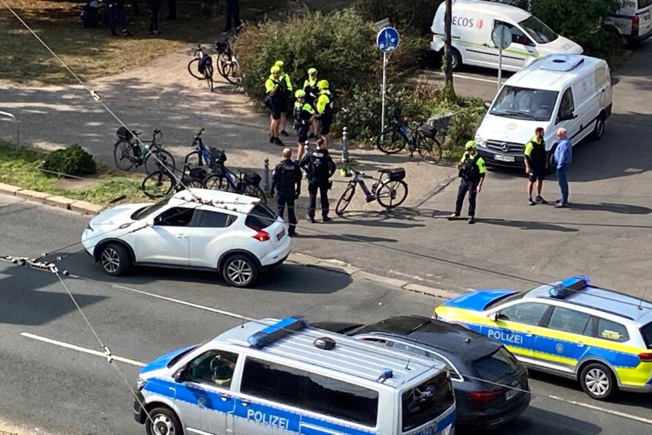 Fahrradstaffel kontrolliert Falschparkerin in Leipzig, die rastet aus!
