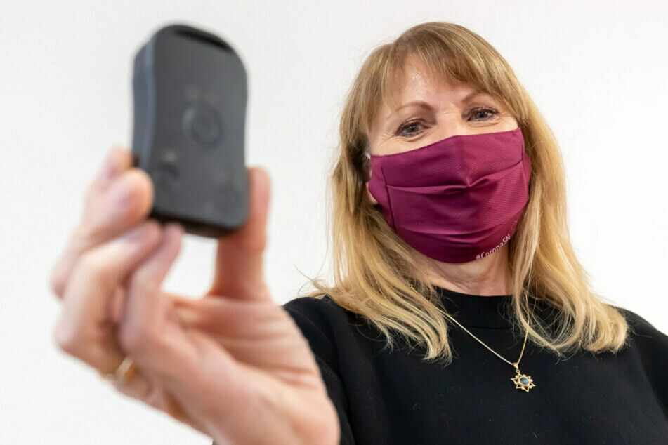 Sachsens Sozialministerin Petra Köpping (62, SPD) setzt bei Kontaktnachverfolgung auch auf den Corona-Warn-Buzzer.