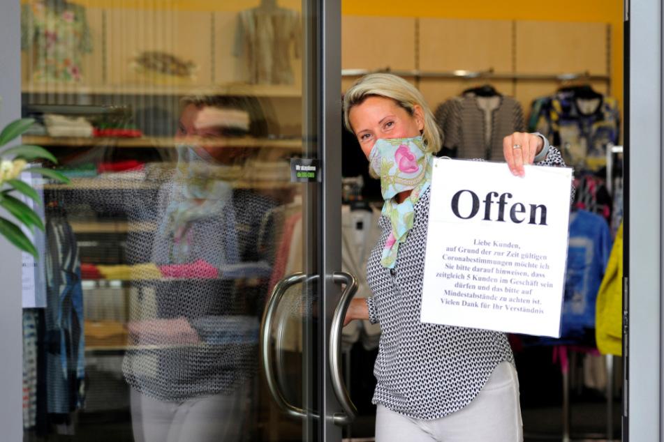 """Dieser Zettel sagt alles: Katrin Moses (53) freut sich, dass ihr Geschäft """"Damenmode Style"""" im Rosenhof wieder geöffnet hat."""