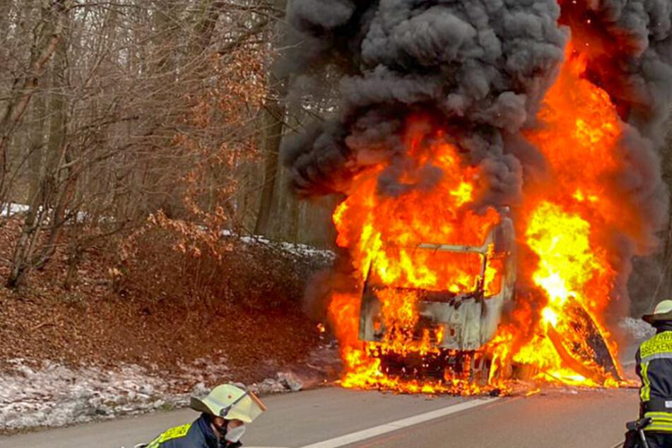 Flammen-Inferno auf der A3: Lkw fängt Feuer, Rauchsäule kilometerweit zu sehen