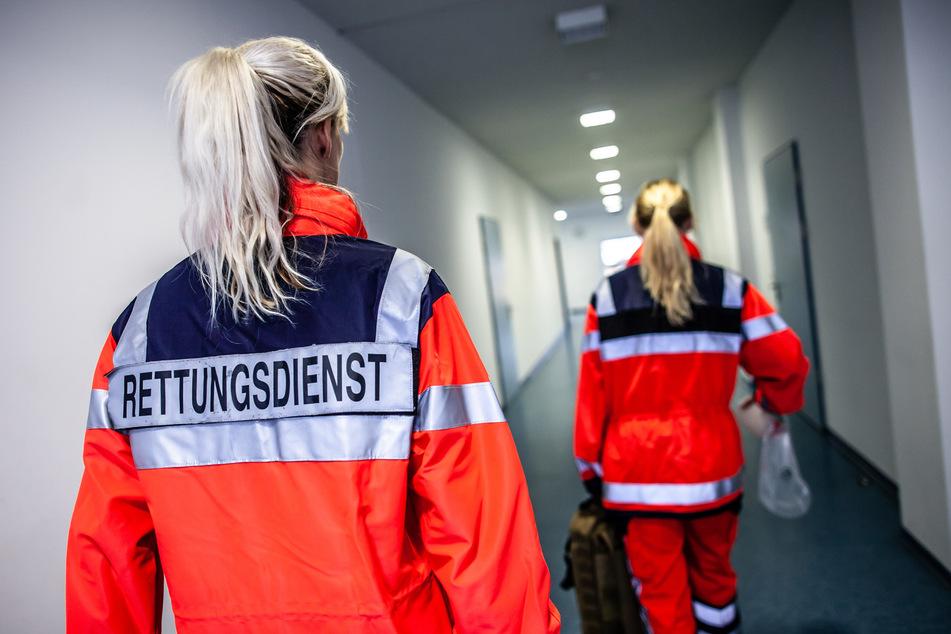 Mann schwer im Gesicht verletzt: Rettungsdienst muss ihn fesseln, um ihn behandeln zu können