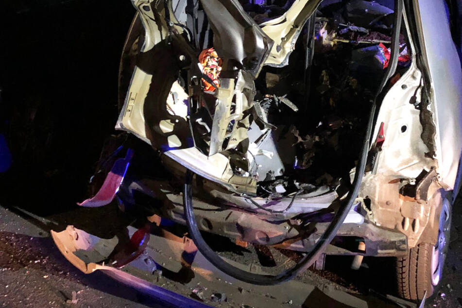 Dieser Twitter-Screenshot zeigt das durch die Explosion zerstörte Auto in Gießen.