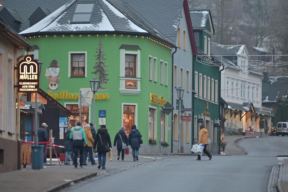Die Kontrollen im Weihnachtsdorf Seiffen laufen seit Mittwoch. In den Geschäften ist weniger los, die Straßen sind deutlich leerer.