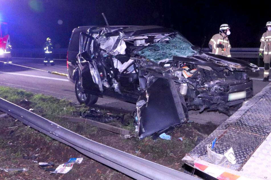 Auto kracht in Abschlepper und katapultiert ihn von der A115