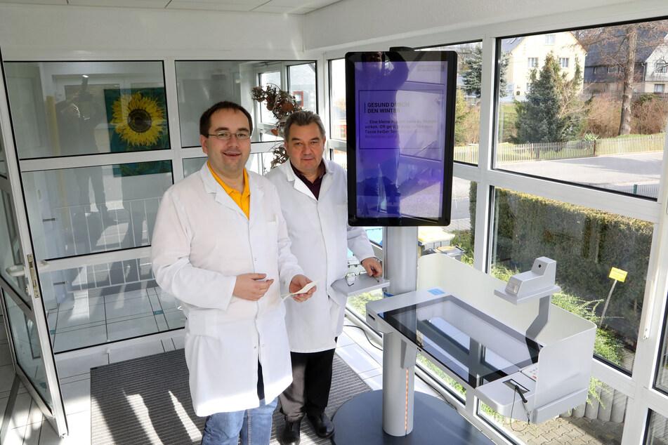 Die Allgemeinärzte Christoph (34, l.) und Rainer (62) Lohmann testeten seit Juni knapp 400 Personen auf Sars-CoV-2.