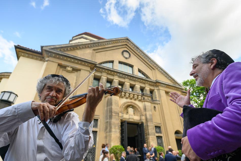 Feierliche Einstimmung: Alex Jacobowitz (r), Vorsitzender und Kantor der Jüdischen Gemeinde Görlitz, und Fritz Tarjan, Musiker aus Budapest, vor Beginn der Wiedereröffnung.