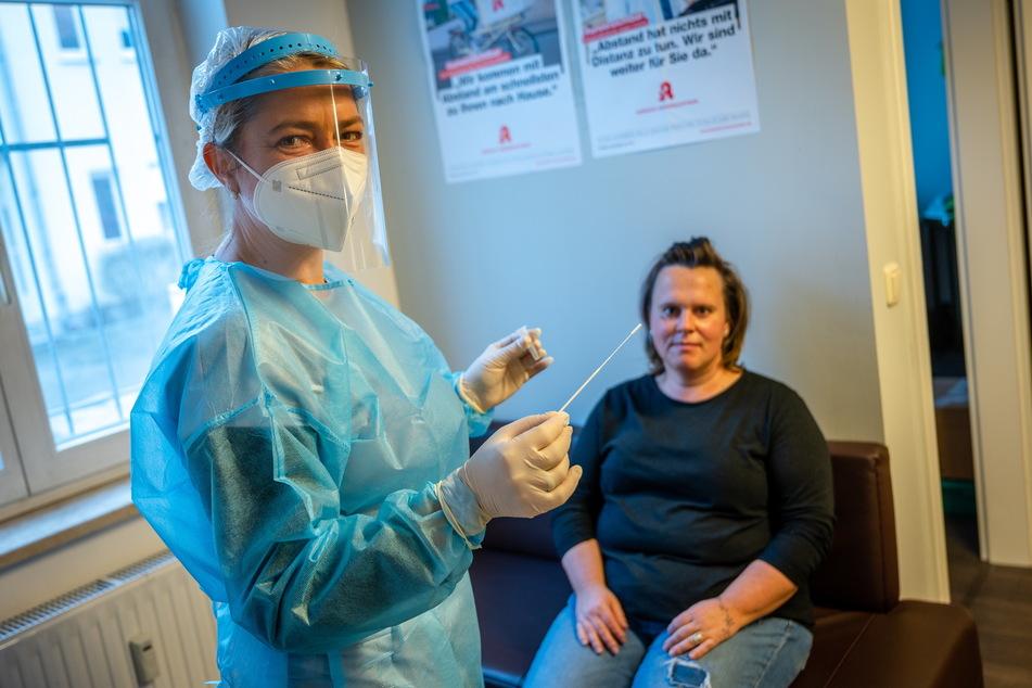 """""""Der Test geht ganz schnell"""", verspricht Apothekerin Manon Knaak (46, l.) ihrer Kollegin Peggy Musuly (39)."""