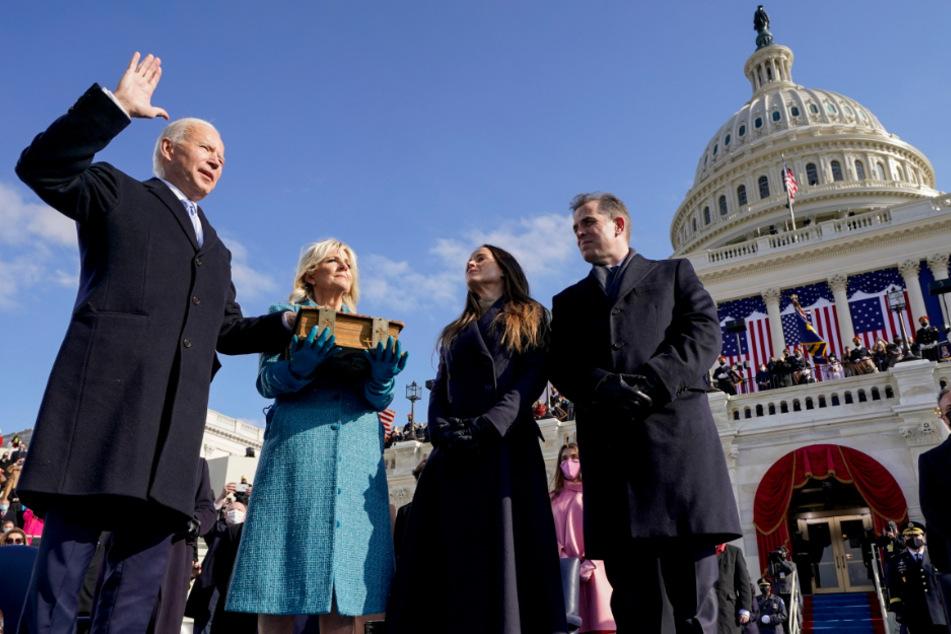 Joe Biden wird von Chief Justice John Roberts als 46. Präsident der Vereinigten Staaten vereidigt, während Jill Biden die Bibel während der 59. Amtseinführung des Präsidenten vor dem US-Kapitol hält, während seine Kinder Ashley und Hunter zusehen.