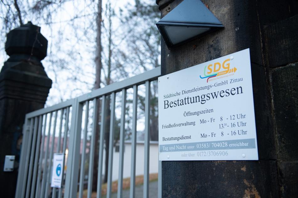 Das Tor zum Krematorium der Städtischen Dienstleistungs-GmbH Zittau Bestattungswesen auf dem Friedhof ist verschlossen.