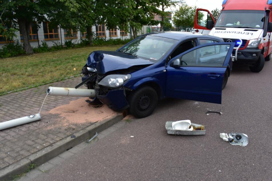 Durch den Aufprall des Wagens fiel die Laterne um.