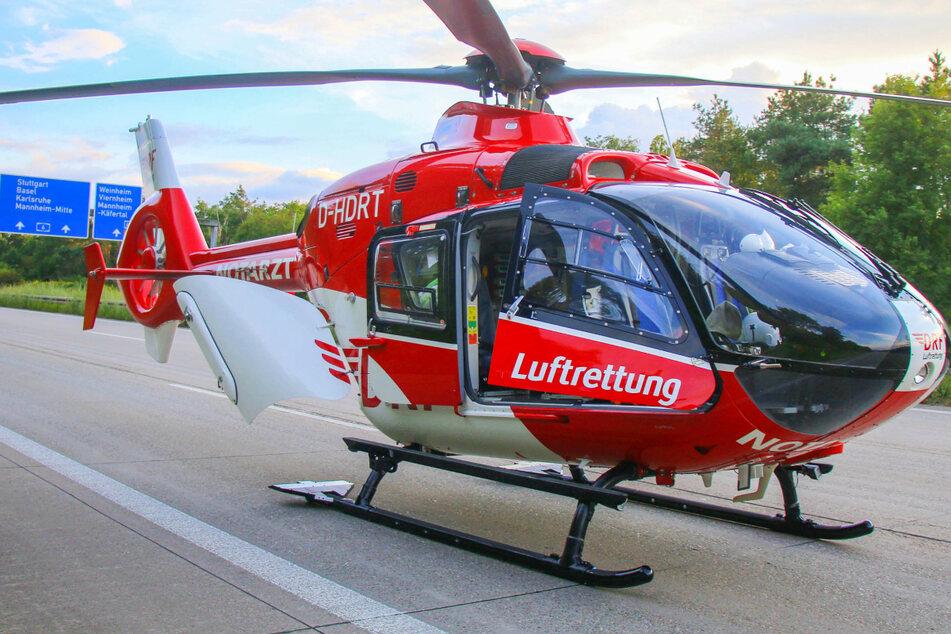 Ein Rettungshubschrauber landete auf der A6 und brachte das verletzte Kleinkind in eine Klinik.