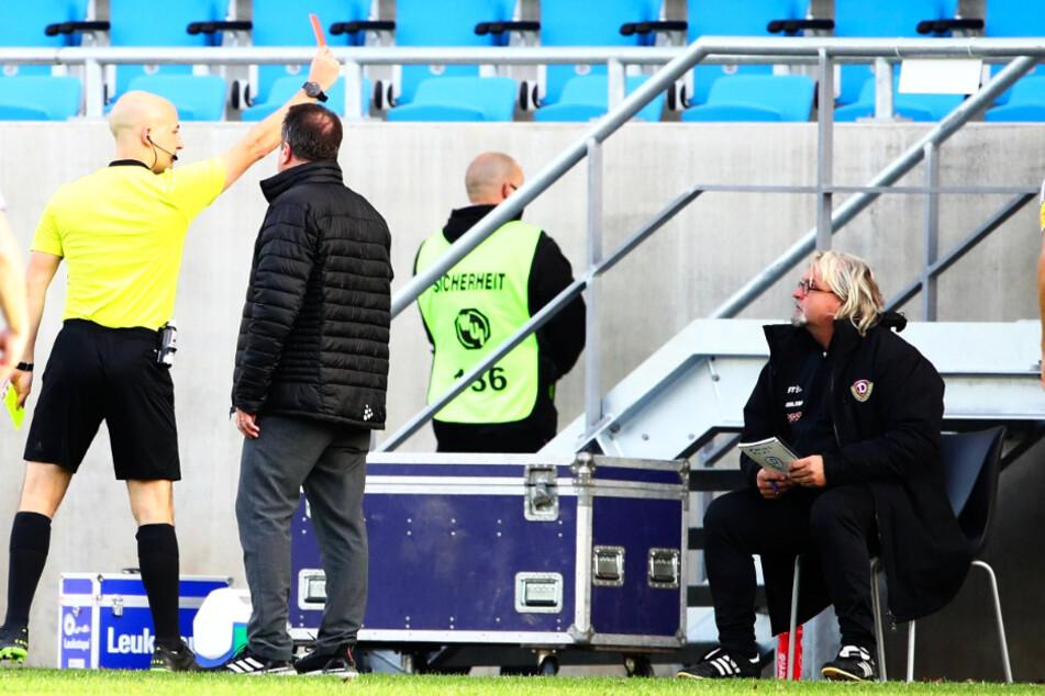 Verdutzte Gesichter: Schiedsrichter Nicolas Winter (l.) zeigt Dynamos Co-Trainer Heiko Scholz (r.) die Rote Karte. Auch Markus Kauczinski traut seinen Augen nicht.