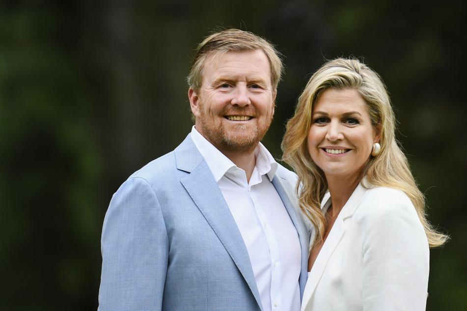 König Willem-Alexander und Königin Maxima der Niederlande entschuldigen sich via Twitter, weil sie den Corona-Sicherheitsabstand nicht immer eingehalten haben.