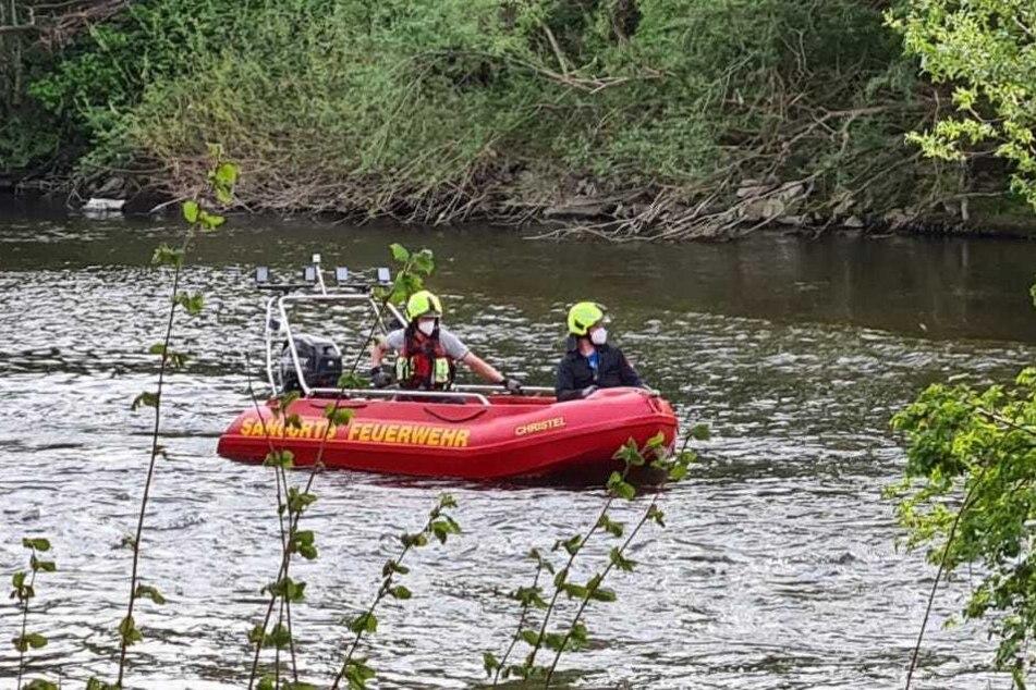 Die Feuerwehr rettete die drei Kinder mit einem Boot von der Sieg-Insel. (Symbolbild)