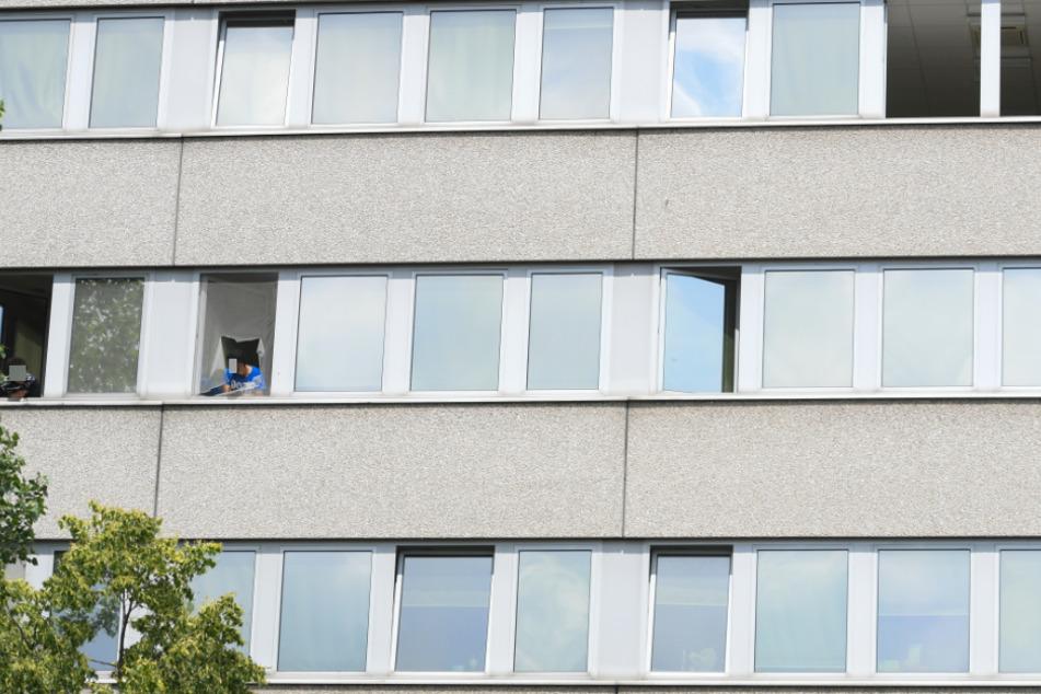 Mutter springt aus Angst vor der Abschiebung mit ihrem Baby aus dem Fenster