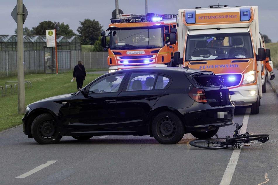 Das Rennrad liegt direkt hinter dem Auto, die Heckscheibe des BMW ist zersplittert.
