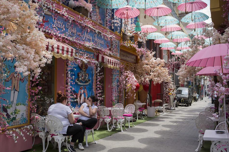 Gäste sitzen in einem Café im Zentrum von Athen. Noch sind es wenige, doch mit der Öffnung der Reisefreiheit, könnten bald schon mehr Touristen in Griechenland unterwegs sein.