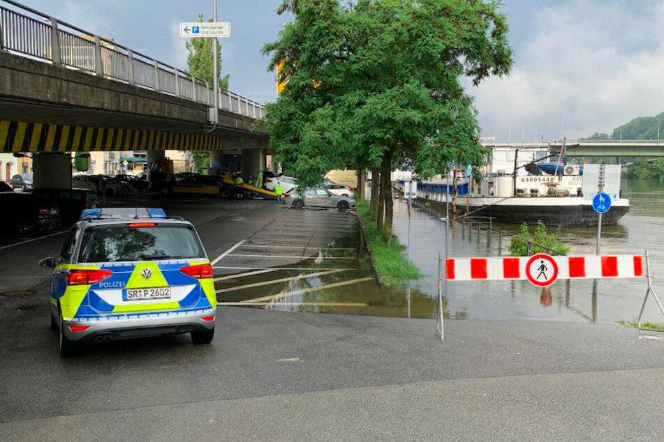 In Passau steigt das Hochwasser stetig an. Die Polizei schleppte vorsorglich Autos ab.