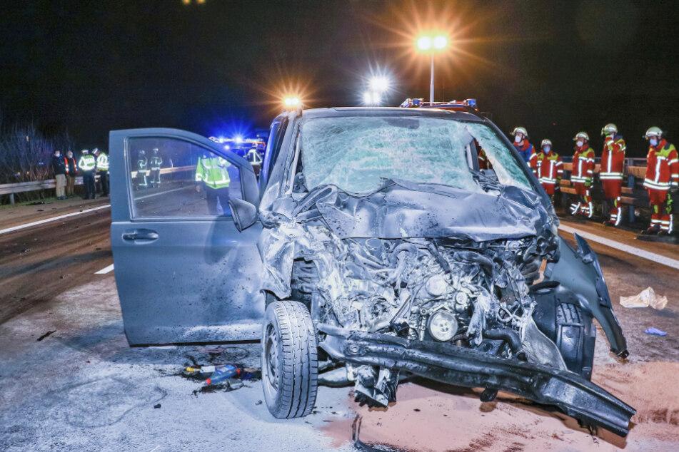 Unfall A81: 41-Jähriger nach schwerem Unfall in brennendem Auto eingeklemmt